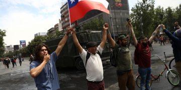 Chilenos protestan por alza del precio del pasaje
