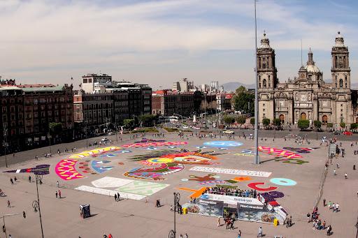 """(200207) -- CIUDAD DE MEXICO, 7 febrero, 2020 (Xinhua) -- Vista de la """"Alfombra monumental Arte Efímero"""" diseñada por la artista mexicana, Cristina Pineda, en la explanada del Zócalo de la Ciudad de México, capital de México, el 7 de febrero de 2020. La alfombra monumental """"Xico"""", inspirada en un perro xoloitzcuintle de 3.200 metros cuadrados, fue elaborada con materiales naturales y reciclados como aserrín, sal, hojas de maíz, ramas de pino y olotes. (Xinhua/Francisco Cañedo) (fc) (rtg) (vf)"""