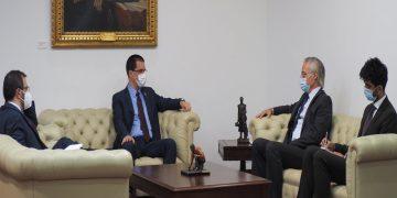 Canciller Arreaza presenta Ley Antibloqueo al embajador de Reino Unido