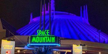 """La compañía estadounidense de entretenimiento, Disney, está preparando el rodaje de una cinta inspirada en la reconocida atracción de sus parques temáticos, """"Space Mountain"""". Esta atracción, que se basa en una montaña rusa con efectos espciales, está presente en cinco de los seis parques de la compañía a nivel mundial y se convertirá en uno de los casos excepcionales en los que el juego inspira un filme y no viceversa. Sin embargo, a pesar de que la atracción no cuenta con una narración o personajes determinados, es uno de los juegos más populares y conocidos por los fanáticos de Disney. Según los medios especializados, la empresa contactó a Joby Harold, quien actualmente trabaja en la serie sobre Obi-Wan Kenobi (protagonizada por Ewan McGregor), para escribir la historia del largometraje. Esta producción se une a lista de futuros proyectos de la compañía en la que figura una nueva película de la """"Mansión Encantada"""", al mando de los creadores de """"Aladdín"""", varios años después del estreno de su última versión protagonizada por Eddie Murphy (2003)."""