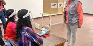 Presidenta del CNE verifica normal inicio de segundo simulacro nacional de votación